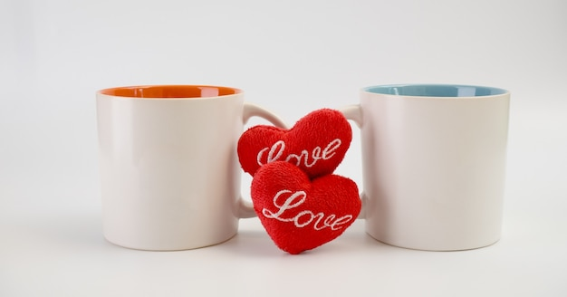 Tasse d'amour, deux tasses à café avec icône coeur rouge sur fond blanc