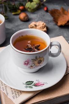 Tasse à angle élevé avec thé et anis étoilé