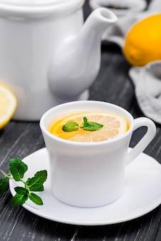 Tasse à angle élevé avec thé au citron