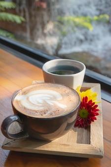 Tasse d'art café latte dans le jardin