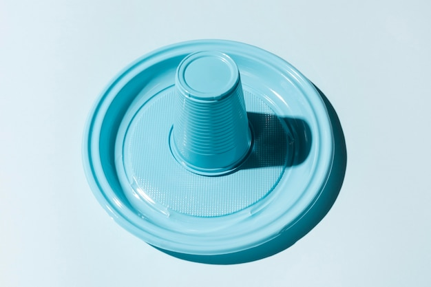 Tasse et assiette en plastique à l'envers