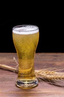 Tasse de bière sur la table en bois.
