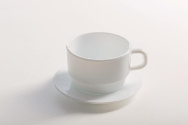 Tasse blanche sur blanc blanc