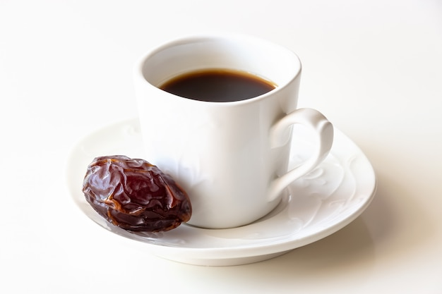 Tasse blanche de café et une date de fond blanc isolé.
