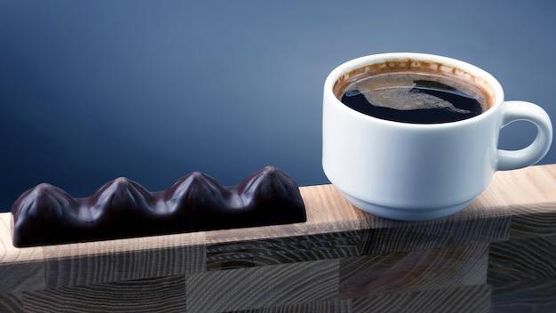 Tasse blanche de café noir au chocolat sur un cadre en bois. desserts