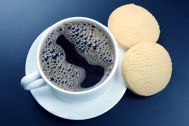 Tasse blanche de café noir avec des biscuits sur fond sombre. boisson chaude