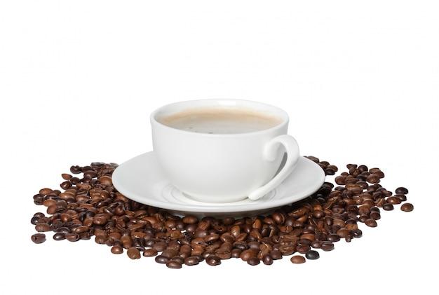 Tasse blanche de café noir avec grains de café torréfiés