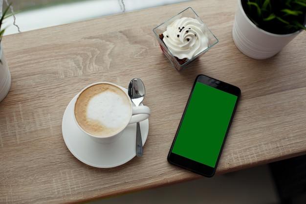 Tasse blanche de cappuccino chaud sur une soucoupe blanche