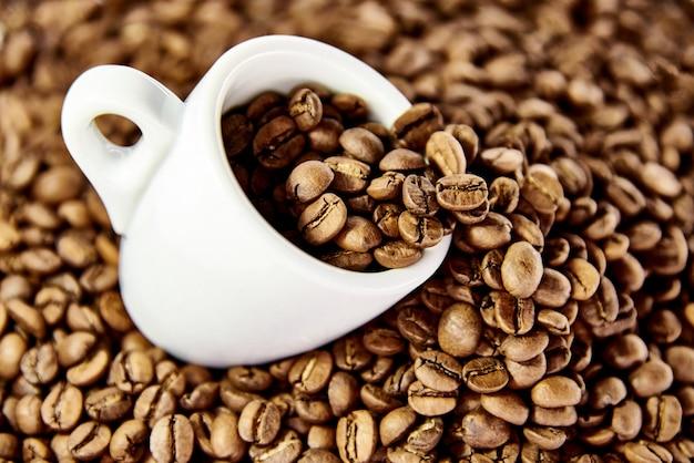 Tasse blanche en grains de café.