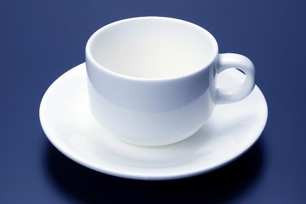 Tasse blanche vide avec soucoupe pour café