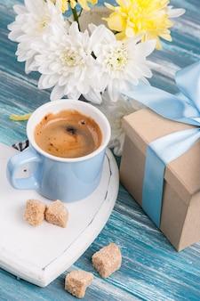 Tasse bleue de café noir