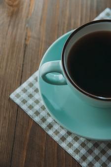 Tasse bleue avec café