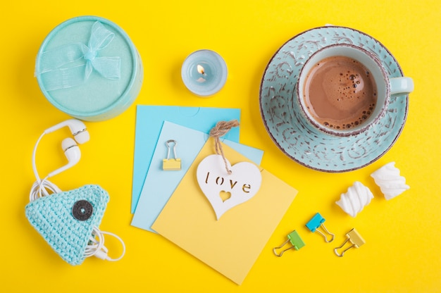 Tasse bleue de chocolat chaud et notes vierges