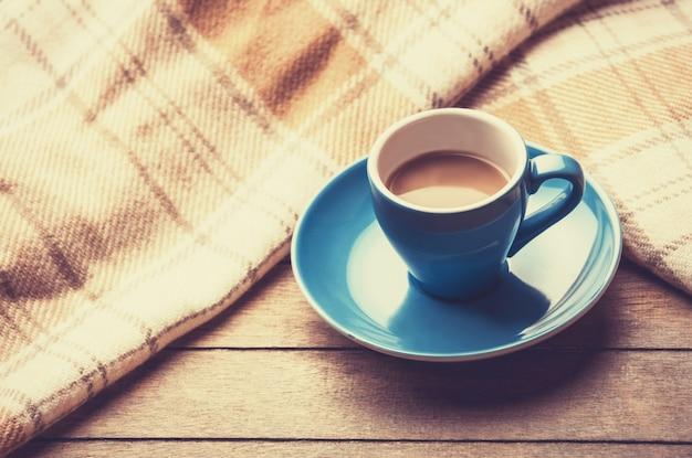Tasse bleue de l'écharpe de café et vintage.