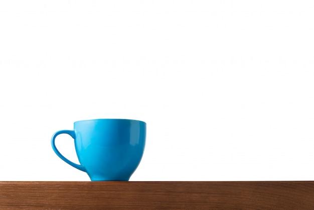 Tasse bleue sur table avec espace isolé