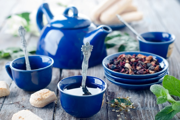Tasse bleue de thé.