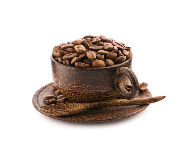 Tasse en bois brun de teck avec des grains de café