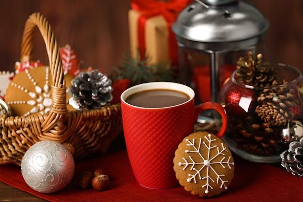 Tasse de boisson chaude et biscuit de noël sur table