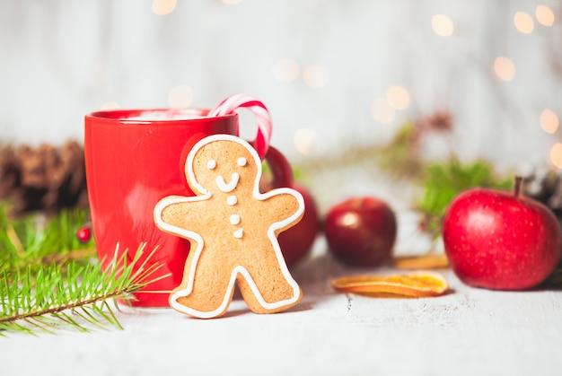 Tasse de boisson chaude de cacao avec le biscuit de sucrerie et de gingerman