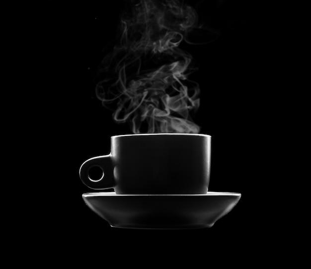 Tasse de boisson chaude sur fond noir