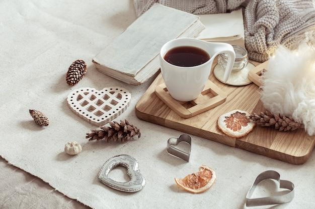 Une tasse de boisson chaude et de jolis articles de décoration. le concept du confort et de l'esthétique de la maison.