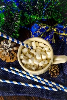 Tasse de boisson avec des guimauves sur la décoration de noël