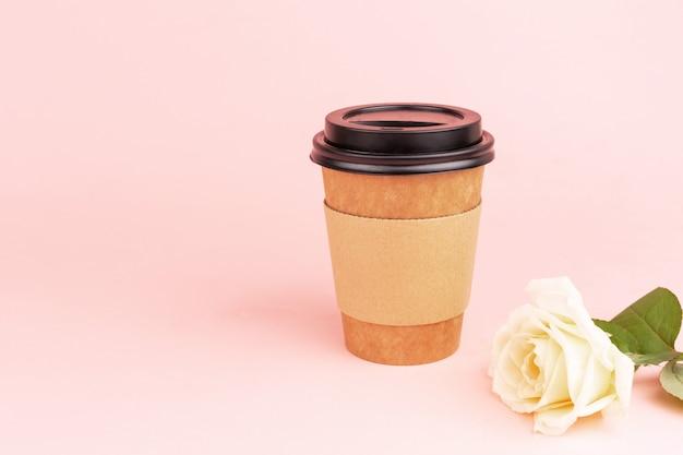 Tasse de boisson et rose