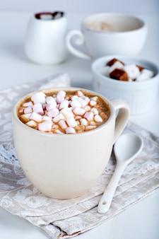 Tasse de cacao chaud à la guimauve