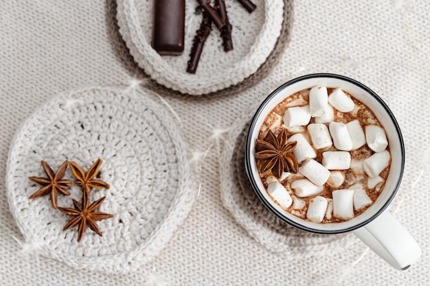 Tasse de cacao chaud avec des guimauves et des bâtonnets de chocolat