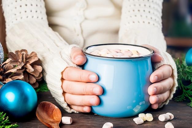Tasse de cacao entre les mains d'un enfant