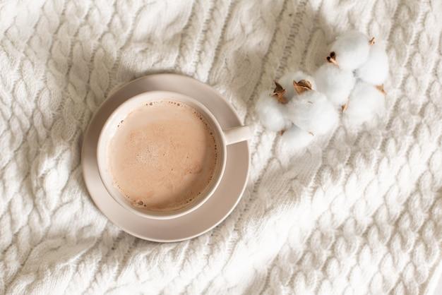 Tasse de cacao sur un fond tricoté.