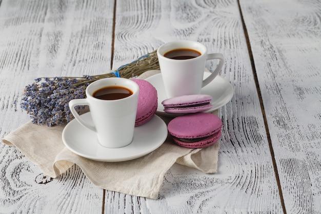 Tasse à café aromatique avec lavande sur soucoupe