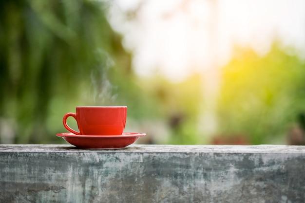 Tasse de café avec un arrière-plan flou