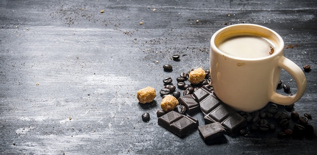 Tasse de café au chocolat amer et cassonade foncée.