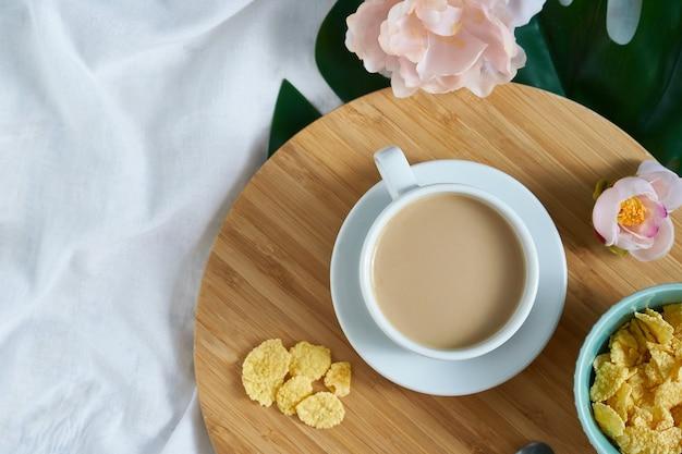 Tasse de café au lait blanc