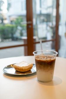 Tasse de café au lait glacé au café-restaurant
