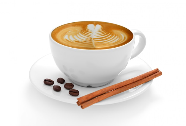 Tasse de café au lait et grains de café isolé sur fond blanc