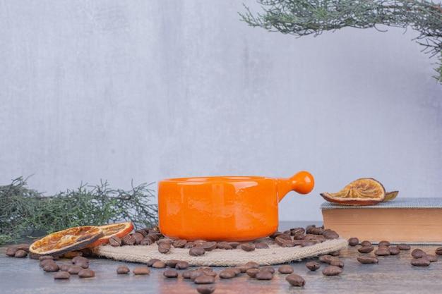Tasse de café au lait avec grains de café et oranges. photo de haute qualité