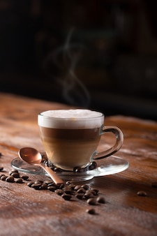 Tasse de café au lait latte chaud ou cappuccino préparé avec du lait