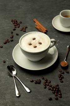 Une tasse de café au lait mousseux garnie de grains de café