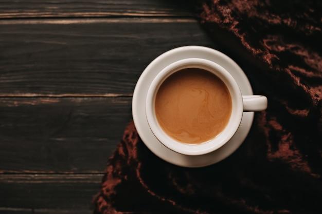 Tasse de café au lait sur une table en bois