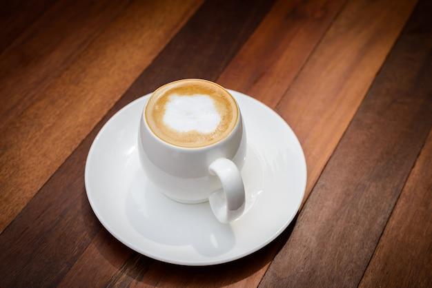 Tasse de café au lait sur table en bois