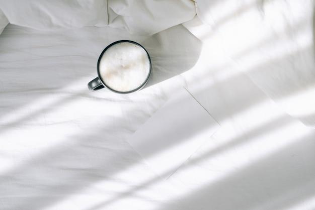 Tasse de café au lit. vue de dessus