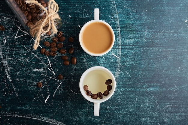 Une tasse de café avec une autre tasse de café blanc.
