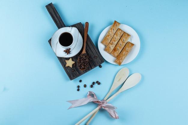 Tasse à café avec bâton de cannelle et biscuits