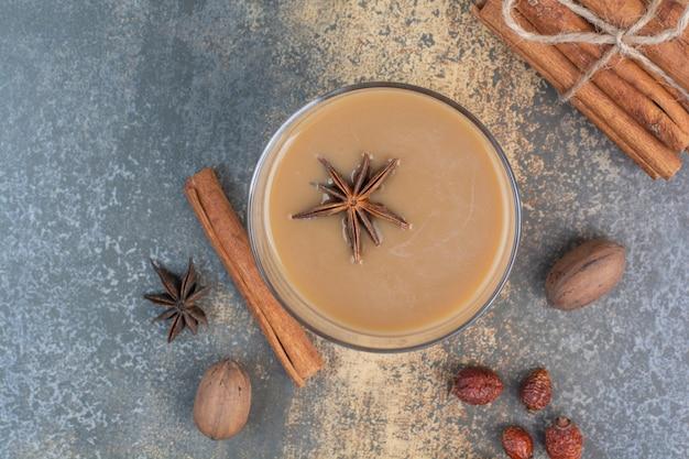 Tasse de café avec des bâtons de cannelle sur fond de marbre. photo de haute qualité