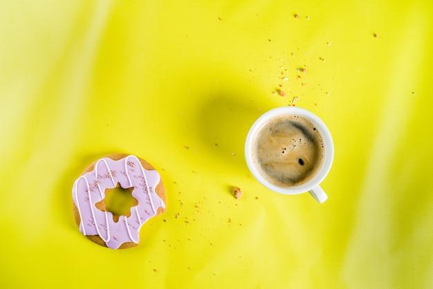 Tasse de café et beignets de biscuits avec enrobage de sucre