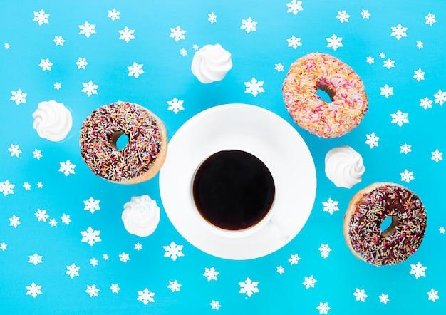 Tasse de café avec beignets et meringues en mouvement