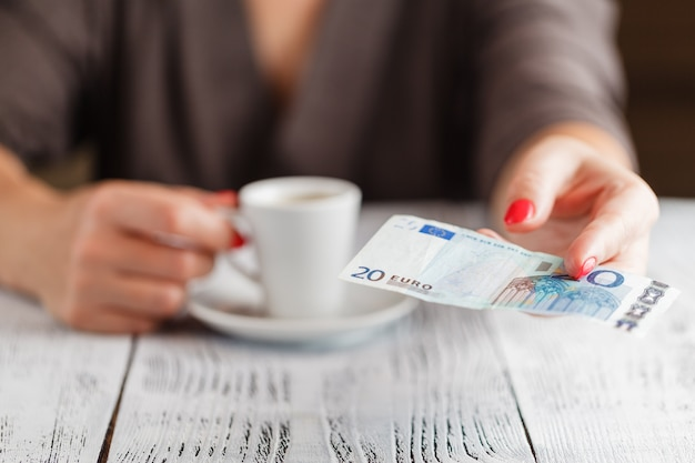Tasse de café et billet de 20 euros