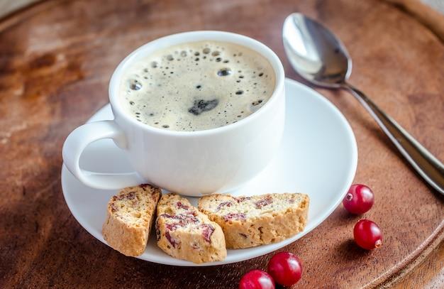 Une tasse de café avec des biscotti